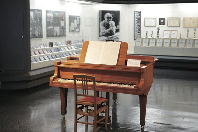 映画音楽の巨匠 佐藤勝さんの ピアノ